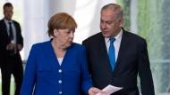 Wir sind Freunde: Merkel und Israel laufen zur gemeinsamen Pressekonferenz in Berlin