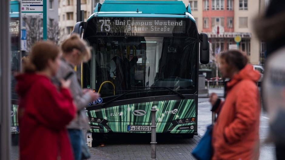 Mehr Elektrobusse für Frankfurt: Das Bundesumweltministerium beteiligt sich mit 7,81 Millionen Euro an den Mehrkosten.