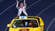 Hoch auf dem gelben Wagen: Vater Hambüchen chauffiert seinen Sohn Fabian über die Berliner Ehrenrunde.