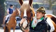 Harmlos ist der freundliche Vierbeiner nicht immer. Pferde erschrecken leicht, etwas Vorsicht im Umgang ist deshalb angebracht.