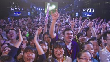 Alibaba-Angestellte feiern den Börsengang in der Firmenzentrale in Hangzhou