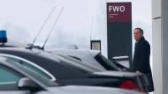 Der bisherige Geschäftsführer des Flughafens Berlin-Brandenburg BER, Rainer Schwarz auf dem Weg zu der Aufsichtsratssitzung, auf der seine Entlassung beschlossen wurde.