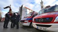 Abschied vom Kollegen: Feuerwehrleute am Samstag vor Beginn der Trauerfeier in der Pfarrkirche St. Ägidius in Neusäß