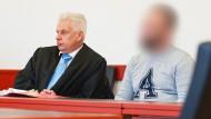 Der Angeklagte Lars G. neben seinem Verteidiger im Amtsgericht Winsen.