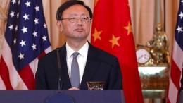 Ranghoher chinesischer Außenpolitiker am Rednerpult
