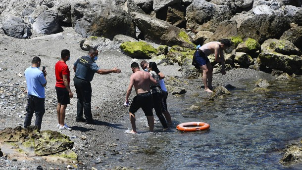 Tausende Migranten schwimmen nach Ceuta
