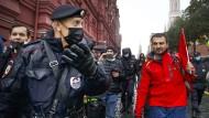 Polizisten und Demonstranten gegen Wahlbetrug bei der Duma-Wahl am 25. September in Moskau