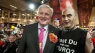 """Der bayerische Ministerpräsident Horst Seehofer (CSU) und der als Punk verkleidete Finanzminister Markus Söder (CSU) bei der Prunksitzung """"Fastnacht in Franken"""" 2012."""
