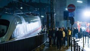 Oberleitung mit 15.000 Volt fällt auf fahrenden Zug