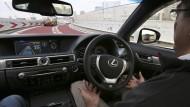 Ohne Hände: Ein selbstfahrender Toyota-PKW auf einer Teststrecke in Japan