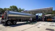Ausnahmezustand: Ein Lkw bringt das dringend benötigte Benzin an eine Tankstelle in Alexandria, Virginia.