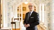 Im Grandhotel Hessischer Hof: Generaldirektor Eduard Singer an seinem Arbeitsplatz. Singer ist außerdem Vorsitzender der Frankfurter Sektion des hessischen Hotel- und Gaststättenverbands.