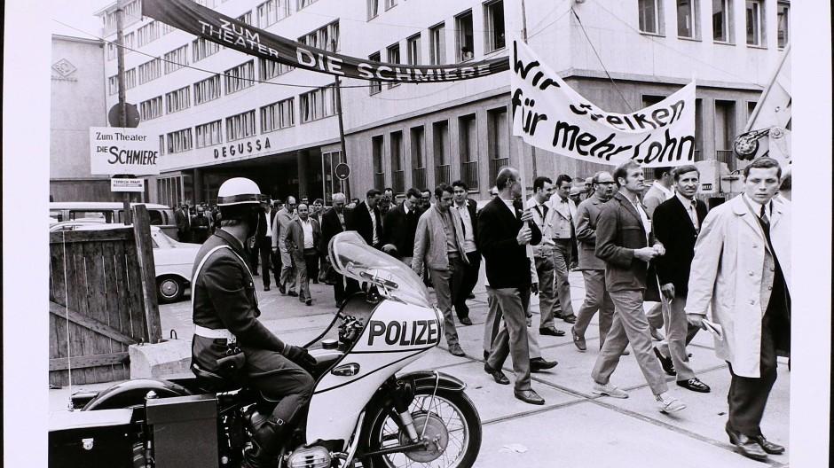Der letzte große Streik: Arbeitskampf bei Degussa in Frankfurt 1971 - es ging damals unter anderem um 120 D-Mark mehr Lohn.