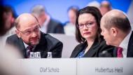 Noch-Parteichef Martin Schulz (links), Vielleicht-Bald-Parteichefin Andrea Nahles und Parteivize Olaf Scholz beim SPD-Parteitag im Dezember