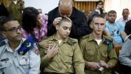 Ein Militärgericht hat den israelischen Soldaten Elor Azaria schuldig gesprochen. Sein Vater küsst ihm Im Gerichtssaal den Kopf.
