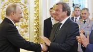 Aus erster Reihe verfolgte Gerhard Schröder die Vereidigung Wladimir Putins – Gratulation und Handschlag inklusive.