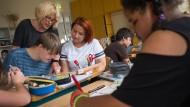 Lehrerin Monika Kultschak-Etges achtet darauf, dass jeder Schüler eine passende Aufgabe bekommt.