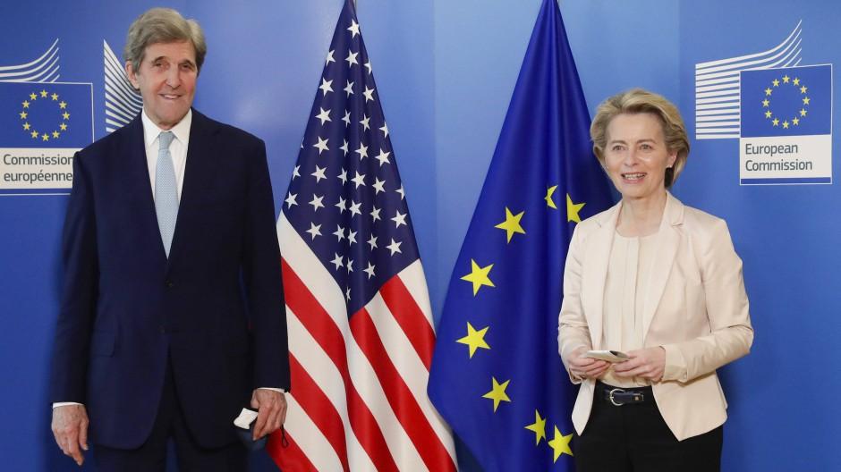 Der Sonderbeauftragte für Klimaschutz der USA, John Kerry, und EU-Kommissionspräsidentin Ursula von der Leyen im März in Brüssel