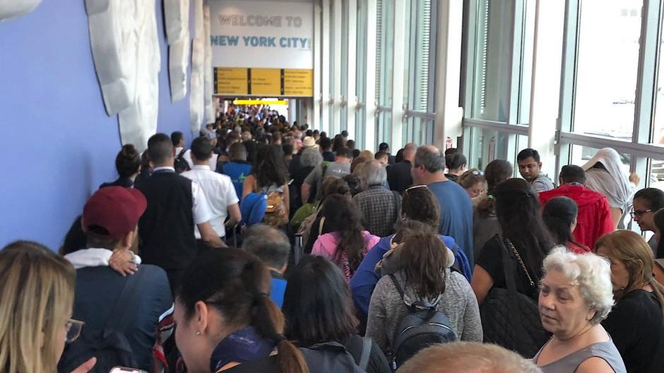 Eine landesweite Computer-Störung bei der Grenzpolizei sorgte für massive Warteschlangen an Flughäfen in den Vereinigten Staaten.