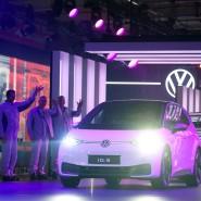 ID.3-Elektroautos fahren im VW-Werk in Zwickau auf eine Bühne.