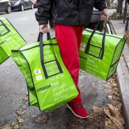 In Deutschland noch kein Erfolgsmodell, in den Vereinigten Staaten schon: Amazon-Fresh-Mitarbeiter liefern in New York Frischware aus.