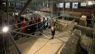 Menschen, die auf Mauern schauen: Bei einem Rundgang ist gestern der Archäologische Garten unter dem Stadthaus präsentiert worden, fertig ist die museumsdidaktische Neugestaltung allerdings noch nicht.