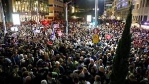 Zehntausende demonstrieren gegen Ministerpräsident Netanjahu