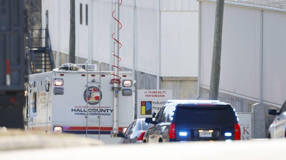 Polizei und Feuerwehr vor dem Lebensmittelwerk nach einem gemeldeten Chemikalienleck in Gainesville, Georgia