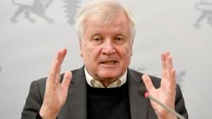 Seehofer will rasche Überprüfung von Behörden auf Rechtsradikale