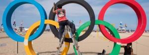Der Lack ist ab: Handwerker versuchen die Olympischen Ringe am Strand von Rio de Janeiro noch etwas herauszuputzen.
