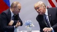 Der russische Präsident Vladimir Putin und der amerikanische Präsident Donald Trump im Gespräch am 7. Juli 2017 während des G-20-Gipfels in Hamburg