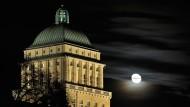 Das Hauptgebäude der Universität bei Nacht