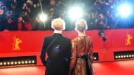 Wie sexy muss eine Schauspielerin sich anziehen, damit Fotografen Bilder machen? Tilda Swinton und Greta Gerwig bei der Eröffnungsgala der Berlinale.