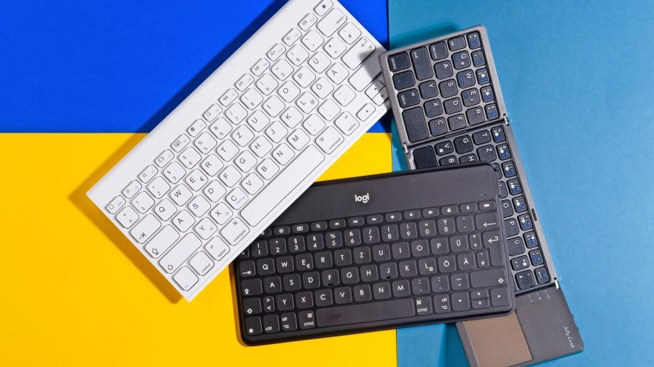 """Mini: Omoton-Keyboard in Weiß, darunter die """"Keys to Go"""" von Logitech und rechts die zusammenfaltbare Tastatur von Jelly Comb"""