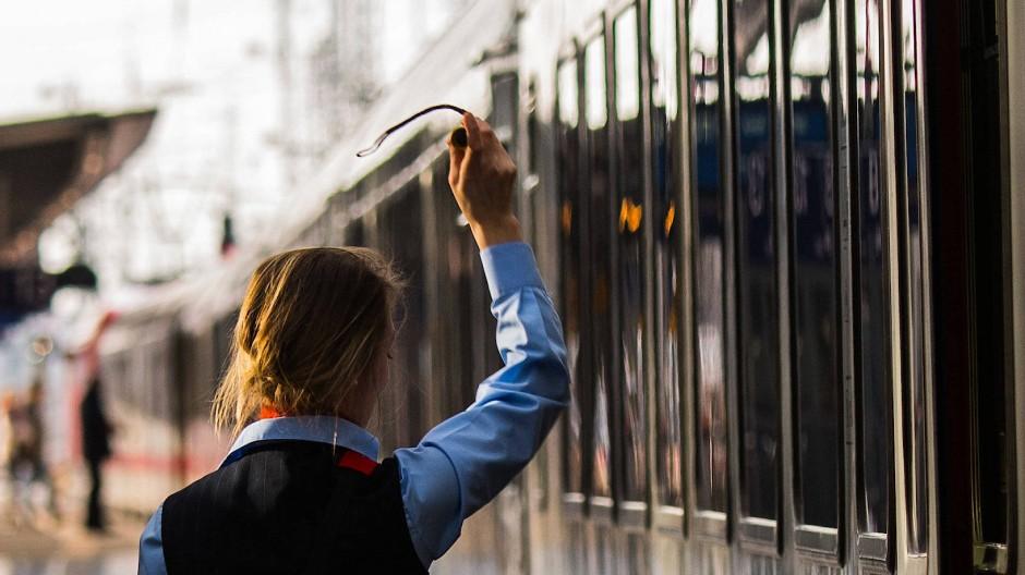 Ankommen wird zur Nebensache: Eine Bahnmitarbeiterin gibt das Zeichen zur Abfahrt.
