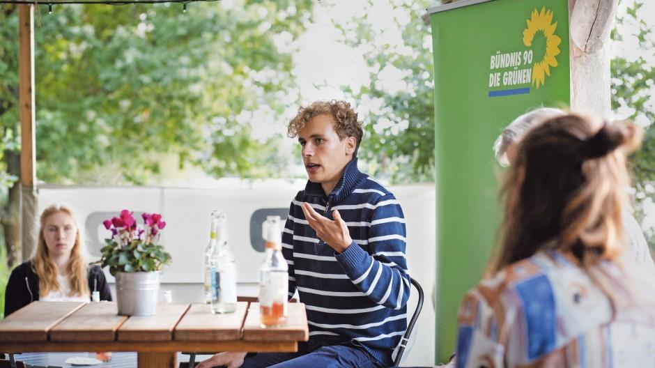 Diskussionsfreudig: Jakob Blasel, Klimaaktivist bei Fridays for Future und Bundestagskandidat der Grünen, auf einer Wahlkampfveranstaltung in Geesthacht bei Hamburg
