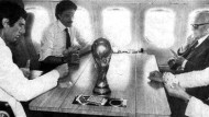 Der Staatspräsident spielt mit: Zoff (l.) , Causio (2.v.l.), Bearzot (r.) und Pertini auf dem Heimweg aus Madrid nach dem WM-Endspiel 1982