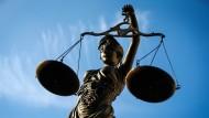 Ein 77 Jahre alter Mann ist bei der Autofahrt ausgerastet. Nun wurde er vor dem Amtsgericht verurteilt.