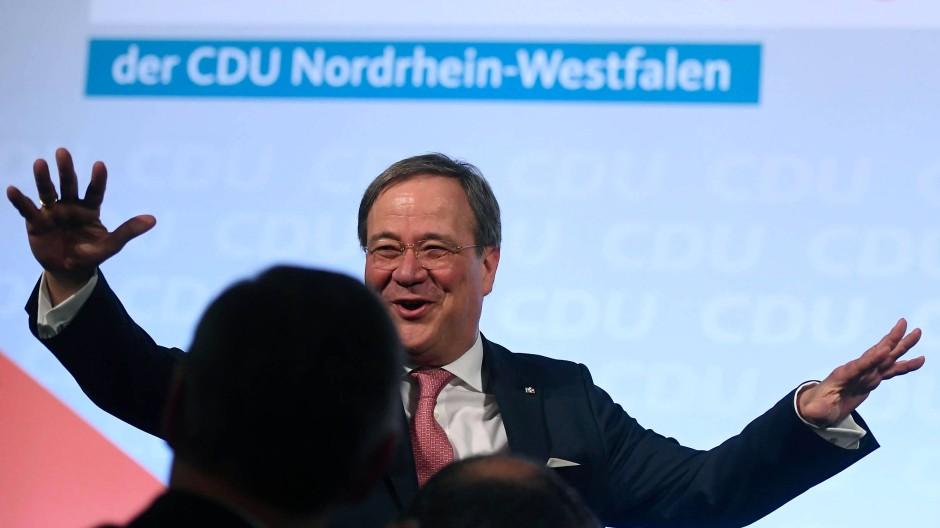 Bester Laune: NRW-Ministerpräsident Armin Laschet am Mittwochabend beim Politischen Aschermittwoch in Kirchveischede.