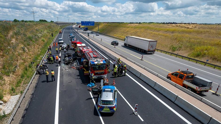 Rettungskräfte sind auf der A3 nach einem Unfall mit mehreren Toten im Einsatz.