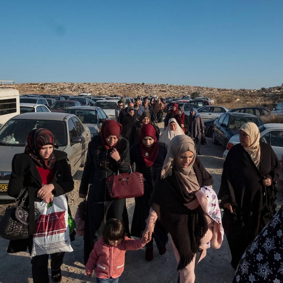 Frauen, Mütter und Kinder von inhaftierten Palästinensern an einem Checkpoint in Beit Seira: Viele von ihnen nehmen lange Reisen auf sich, um ihre Verwandten im Gefängnis zu besuchen.