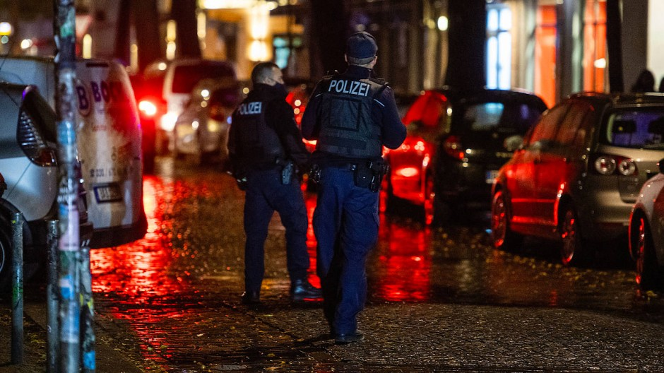 Zwei Polizisten kontrollieren im Berliner Stadtteil Friedrichshain die Einhaltung der Sperrstunde.