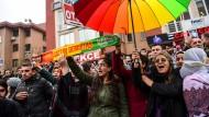Menschen demonstrieren auf einer Straße in Istanbul gegen Verhaftungen.