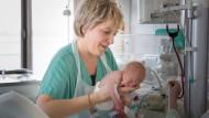 Umsorgt: Kinderkrankenschwester Andrea Strobel kümmert sich im Klinikum Augsburg um ein Frühgeborenes.
