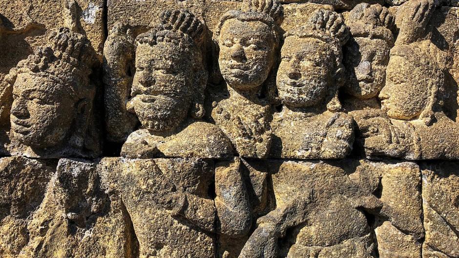 Relief an der Basis des Tempels Borobudur in Java, Indonesien