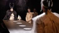 """Wir bringen uns alle um und treffen uns wieder an Odins Tafel und Schwamm drüber? Erst bekommt Varus aber seine Henkersmahlzeit. So viel Zeit braucht die Nationalgeschichte in Kleists """"Hermannsschlacht"""" am Schauspiel Köln."""