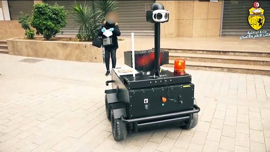 Um die Ausgangssperre zu kontrollieren, fährt ein Roboter durch die Straßen von Tunis.