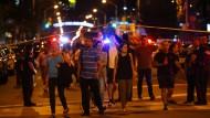Menschen verlassen das Gebiet von Toronto, das die Polizei nach der Schießerei abgesperrt hat.