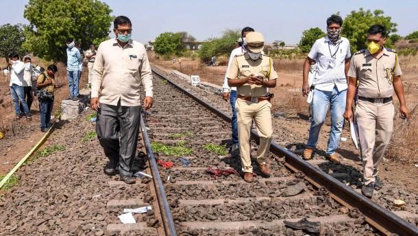 Schlafende Wanderarbeiter in Indien von Zug überrollt