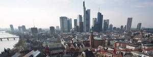 Nähe und Distanz: Das Frankfurter Rathaus (vorne) und die Skyline